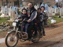 Sýria / sýrčania / motocykel / motorka / deti / muž /