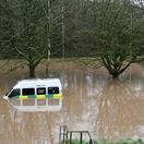 Britániu sužuje búrka Dennis, povodne hrozia trom stovkám miest