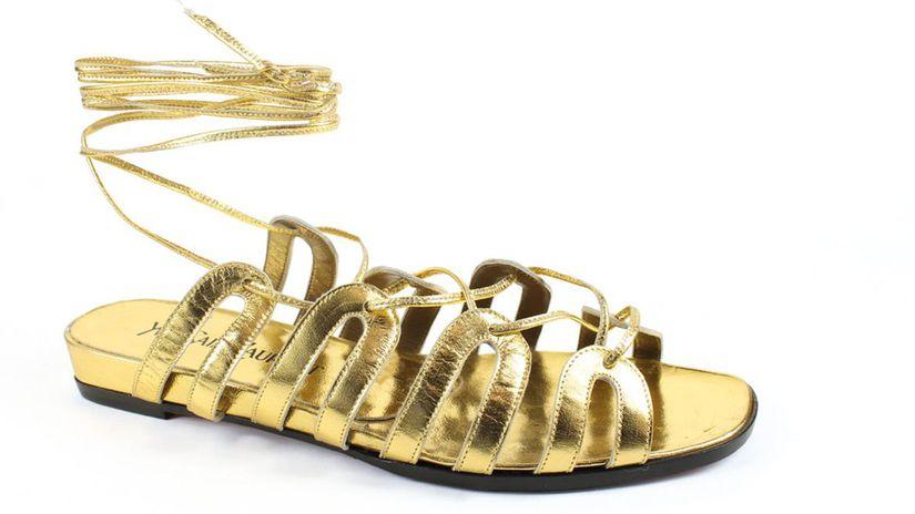 Záber na zlaté sandále Yves Saint Laurent,...