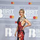Speváčka Ellie Goulding sa objavila v šatách značky Koché.