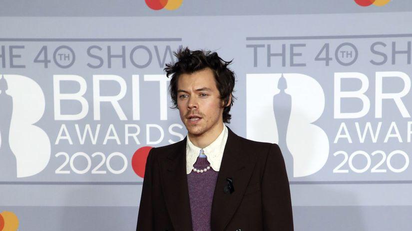 Spevák Harry Styles v kreácii Gucci.