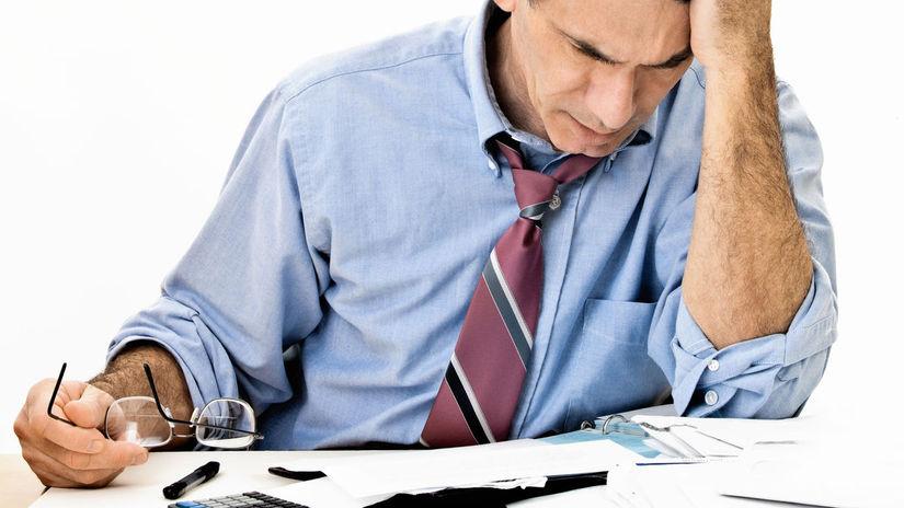 penzista, papiere, kalkulačka, dlhy, zúfalstvo