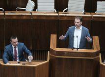 Poslanci za PS/Spolu uvoľnili rečnícky pult, rokovanie sa začalo