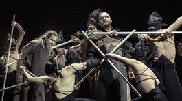 Záber z predstavenia opery Turandot v pražskom Národnom divadle. Kostýmy pre ňu vytvoril slovenský dizajnér Boris Hanečka.