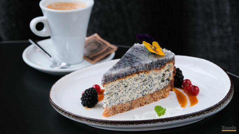 Makový cheesecake s kokosovou polevou