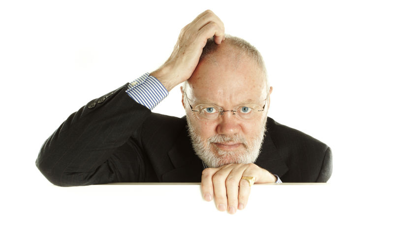 muž, penzista, sako, rozmýšľanie