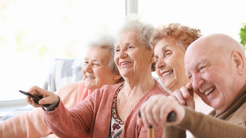 seniori, pozeranie televízie, diaľkové ovládanie