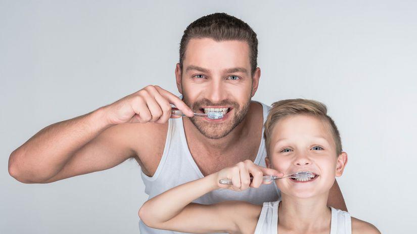 otec, syn, čistenie zubov