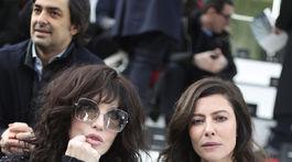 Herečky Isabelle Adjani (vľavo) a Anna Mouglalis spoločne počas prehliadky Chanel v Paríži.