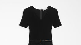 Dámske puzdrové elastické šaty s jemným opaskom Max Mara. Predávajú sa za 595 eur.