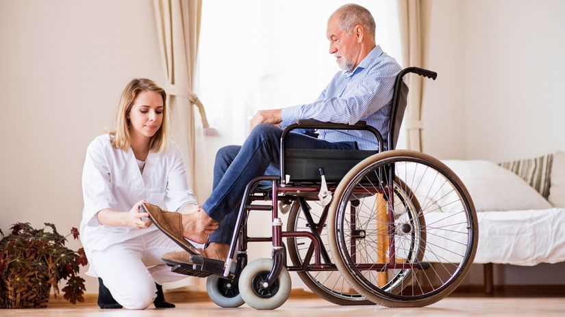 invalidný vozík, opatrovanie, opatrovateľka,...