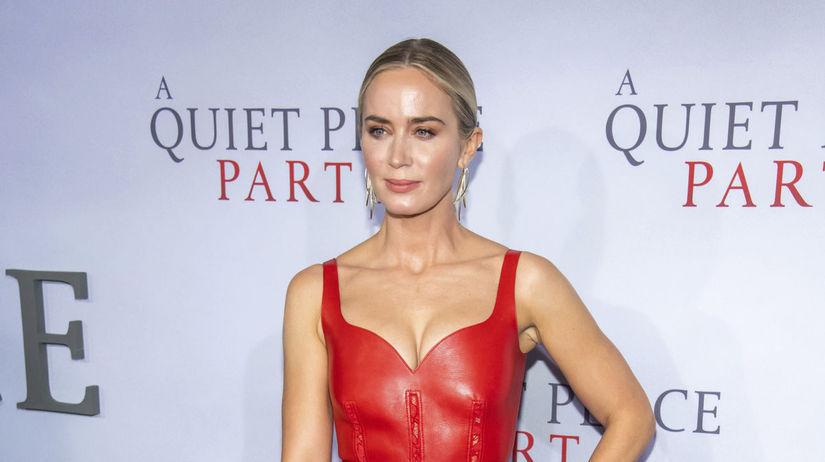 Herečka Emily Blunt v kreácii Alexander McQueen.