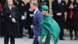 Princ Harry a jeho manželka Meghan, oblečená v kreácii od Emilie Wicksteadovej, prichádzajú na slávnostnú bohoslužbu.