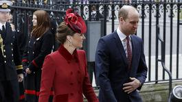 Princ William a jeho manželka Kate, vojvodkyňa z Cambridge v kreácii od Catherine Walkerovej.
