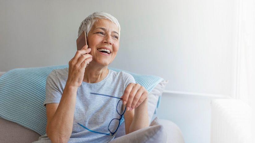 dôchodkyňa, telefonovanie, radosť, smiech