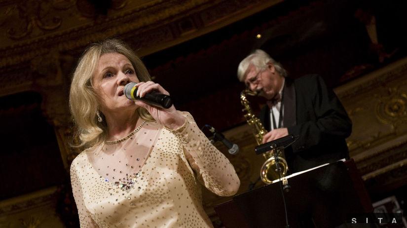 Česká hviezda Eva Pilarová spieva počas plesu v...