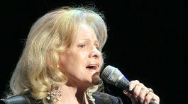 Iva Pilarová spieva na jubilejnom koncerte pri príležitosti osláv 70. narodenín Zdena Sychru.