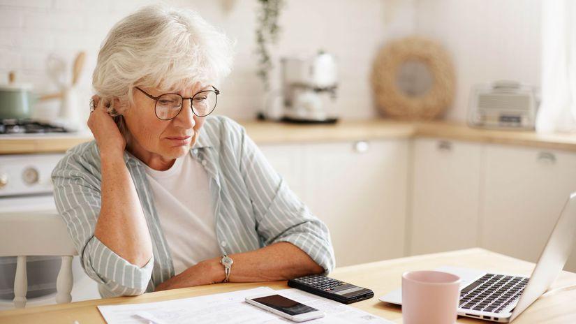 dôchodkyňa, rozmýšľanie, papier, kalkulačka