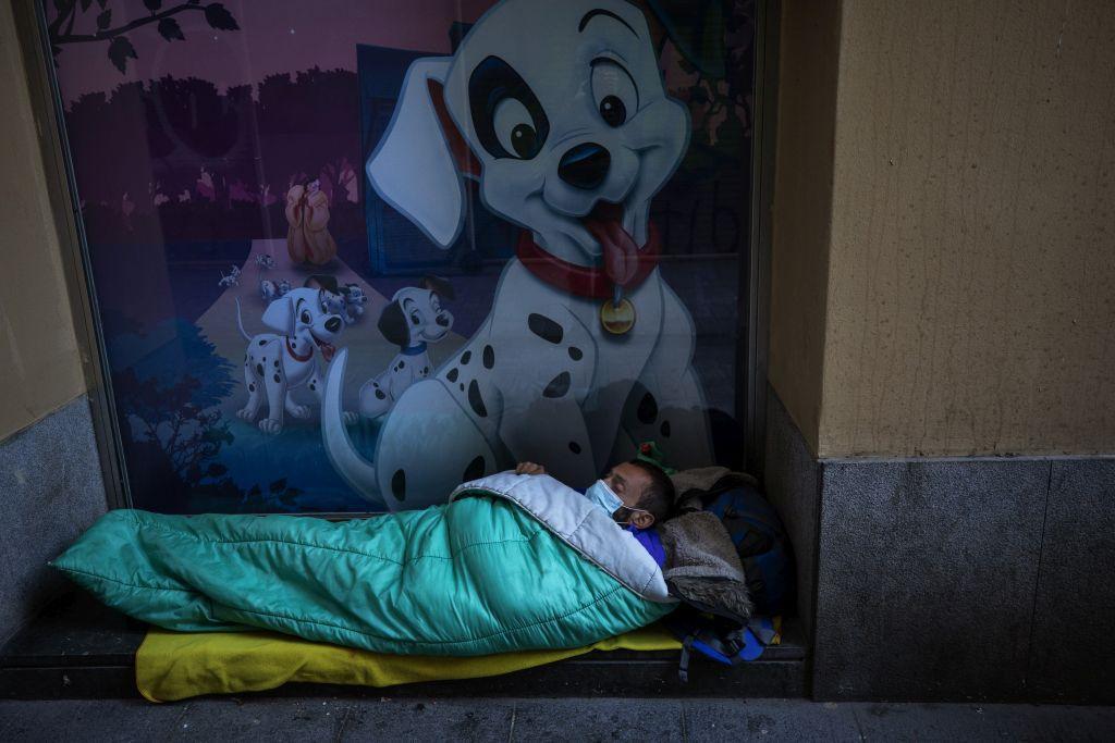 koronavírus, Barcelona, bezdomovec