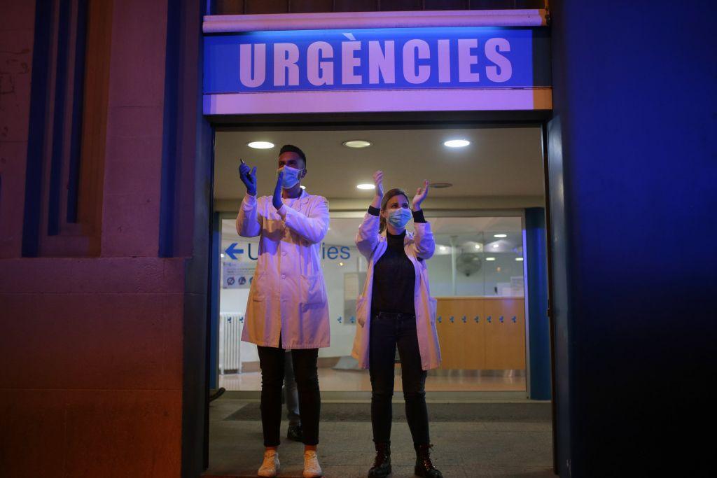 koronavírus, Barcelona, lekári, doktori, vírus, potlesk