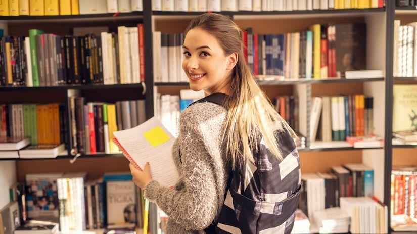 študentka, knihy, knižnica, učenie, úsmev