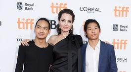 Herečka Angelina Jolie a jej adoptívni synovia - Maddox Jolie-Pitt (vľavo) a Pax Jolie-Pitt.