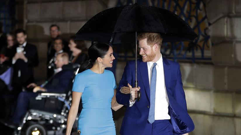 Princ Harry a jeho  manželka Meghan prichádzajú...