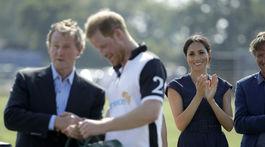 Vojvodkyňa Meghan tlieska manželovi, princovi Harrymu po účasti na Sentebale ISPS Handa Polo Cup.