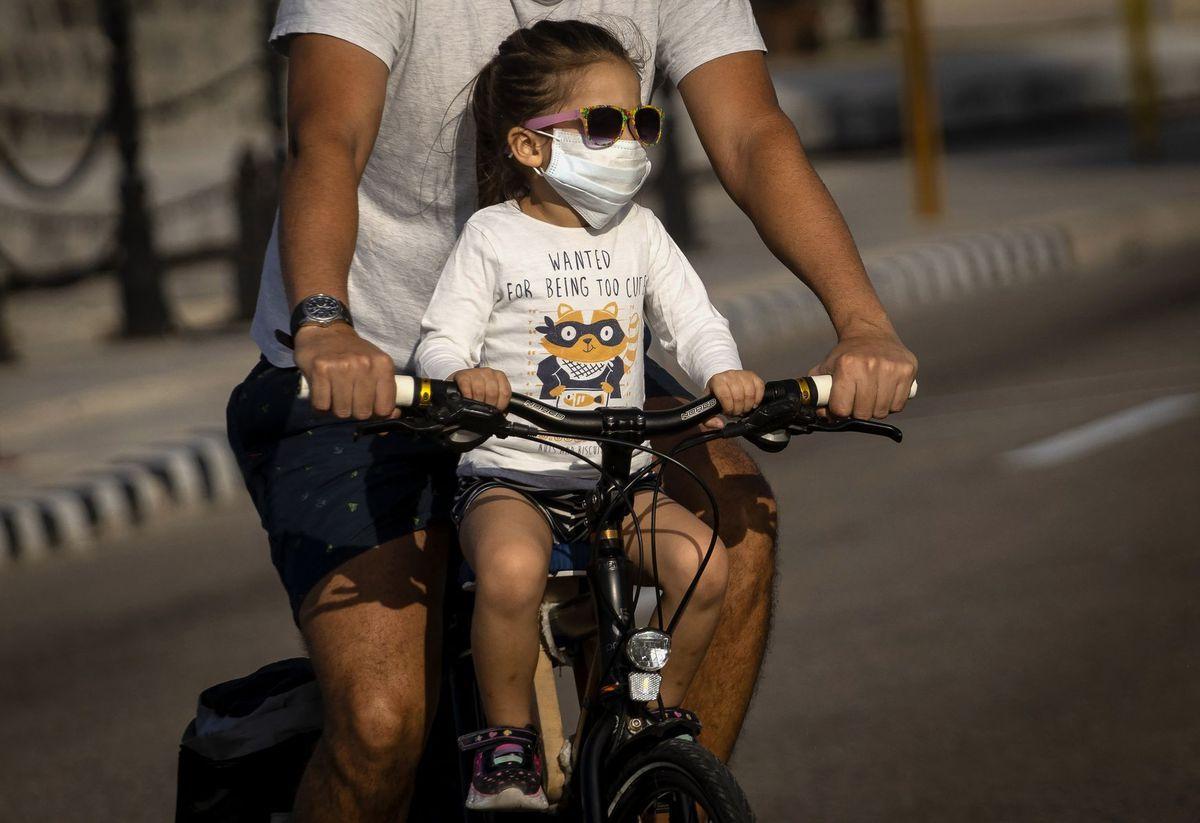 Kuba, rúško, dievčatko, bicykel, koronavírus,