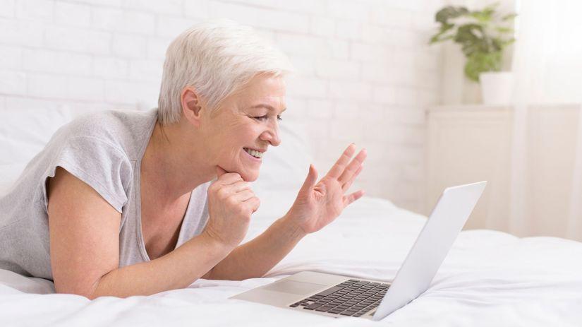 žena, dôchodkyňa, notebook, radosť
