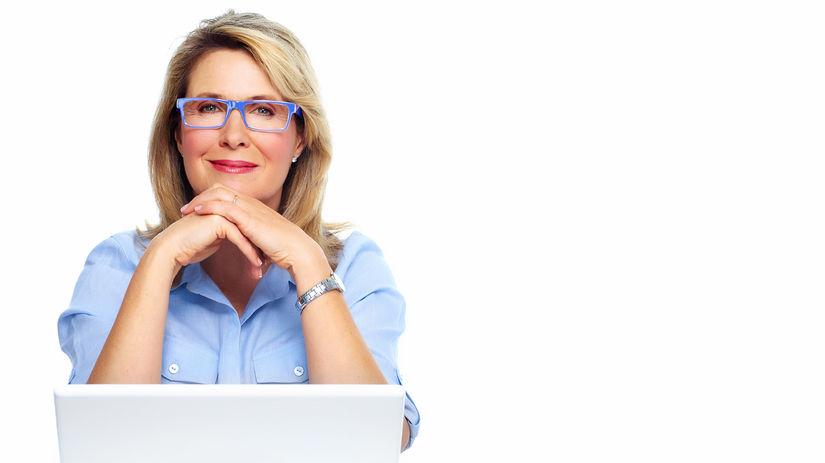 žena, notebook, úsmev, rozmýšľanie