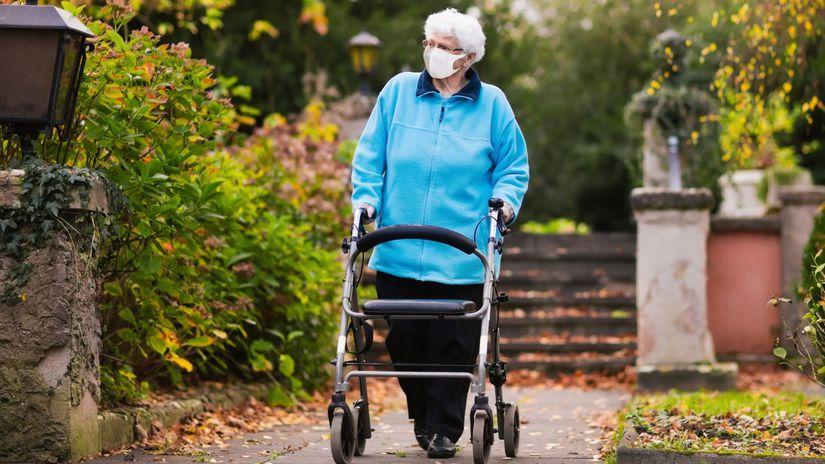 dôchodkyňa, prechádzka, rúško, chodítko