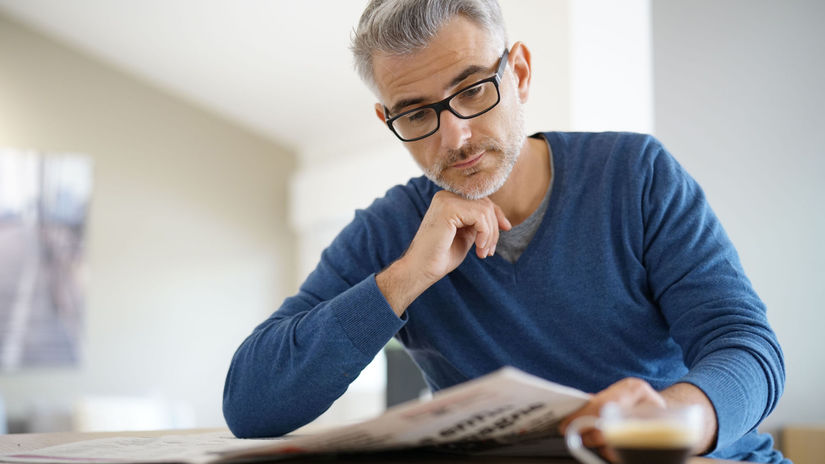 senior, káva, noviny, čítanie