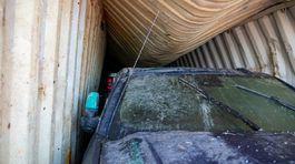 Autá z potopených kontajnerov