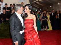 Rok 2015: Herec George Clooney a jeho manželka Amal Clooney na otvorení výstavy China: Through the Looking Glass v New Yorku.