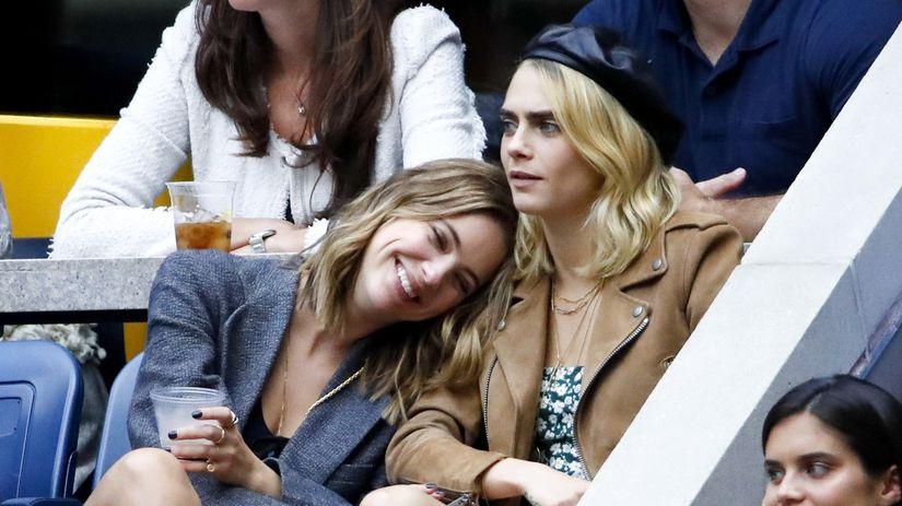 Modelka a herečka Cara Delevingne (vpravo) a...