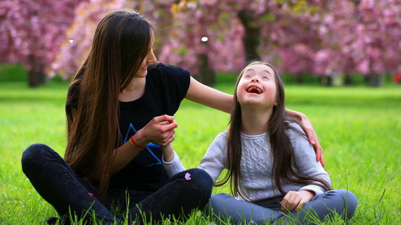 downov syndróm, dieťa, park, smiech