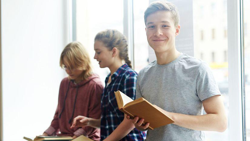 žiaci, študenti, čítanie, úsmev