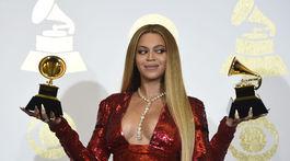 Speváčka Beyonce s masívnym a poriadne drahým náhrdelníkom.