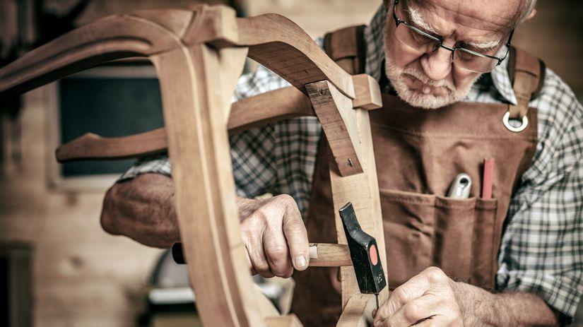 pracujúci penzista, stolár, výroba