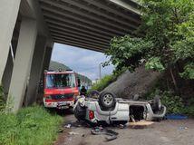 V Likavke spadlo z mosta auto, pri nehode zomrela jedna osoba