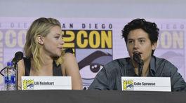 Herečka Lili Reinhart a jej partner a zároveň kolega Cole Sprouse.