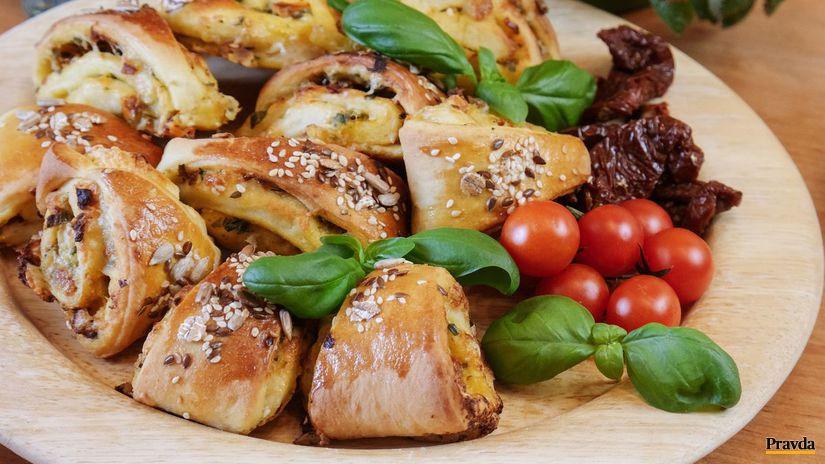 Bazalkové trojuholníčky s mozzarellou a pažítkou