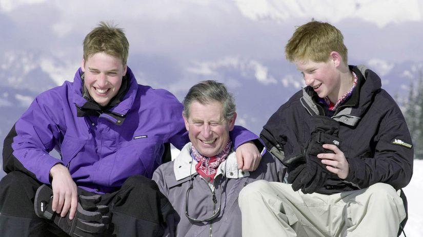 Princ William (vľavo), jeho brat Harry a ich...