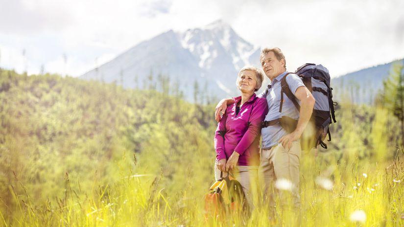 manželia, seniori, turistika, túra, objatie, hory