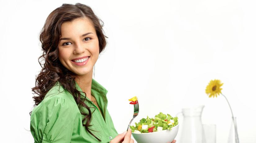 žena, zdravá strava, šalát, úsmev