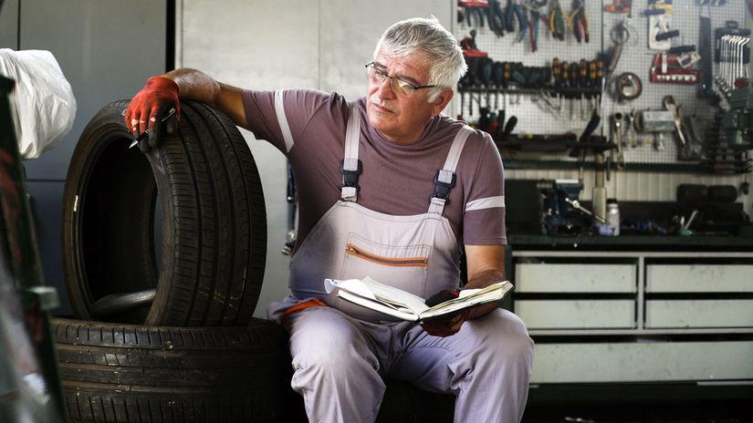 pracujúci penzista, automechanik, kniha,...