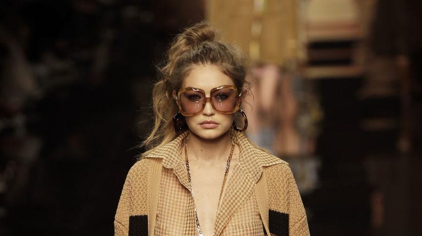 Modelka Gigi Hadid na prehliadke značky Fendi...