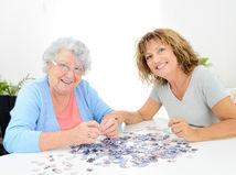 opatrovanie, puzzle, dôchodkyňa