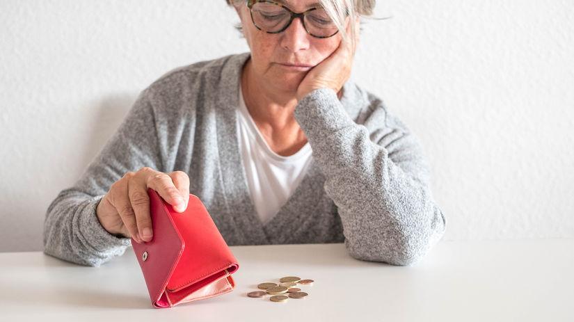 dôchodkyňa, peňaženka, mince, sklamanie